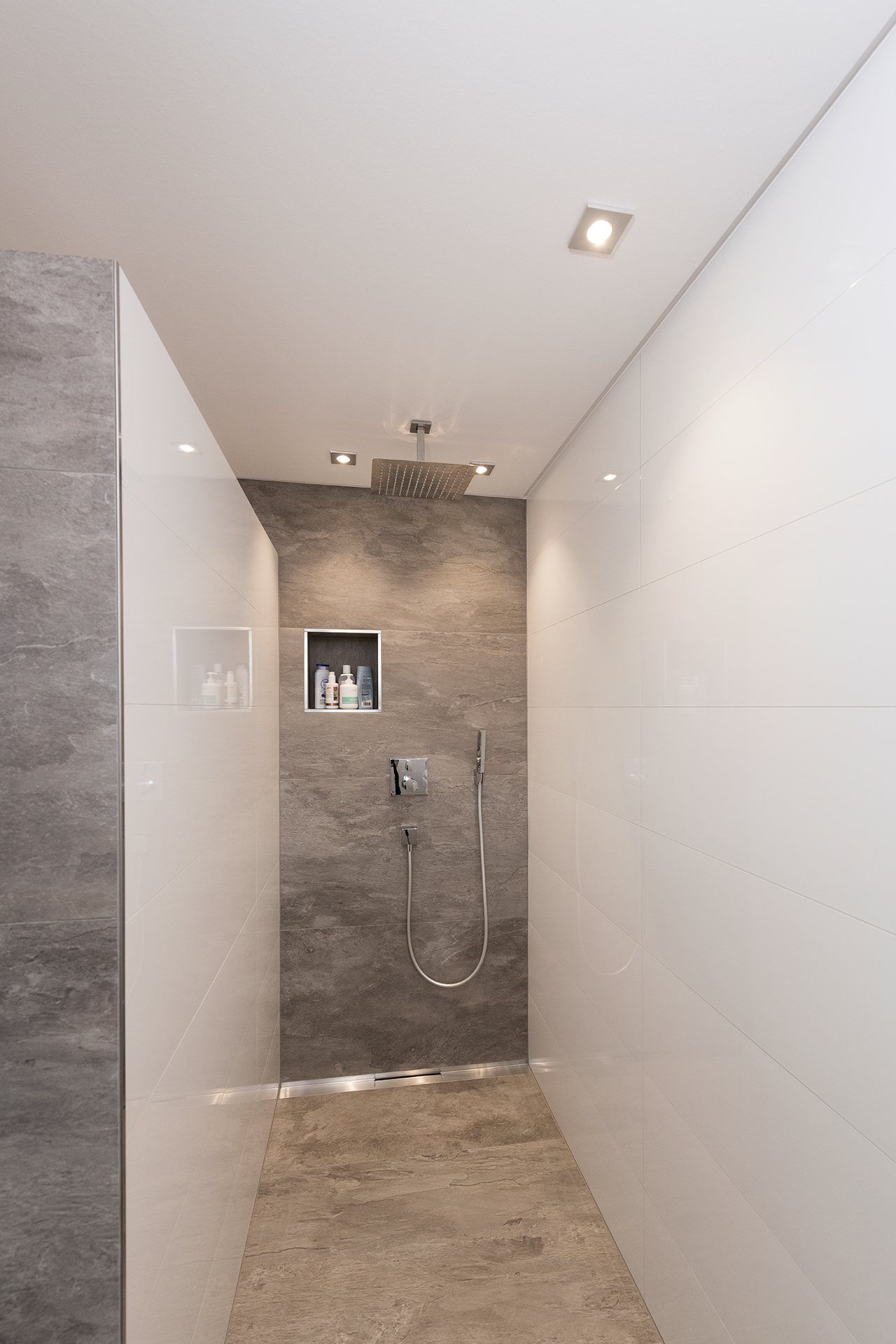 HUCK-Haustechnik-Bad-Sanitär-Installation-Modern-Dusche-Fließen