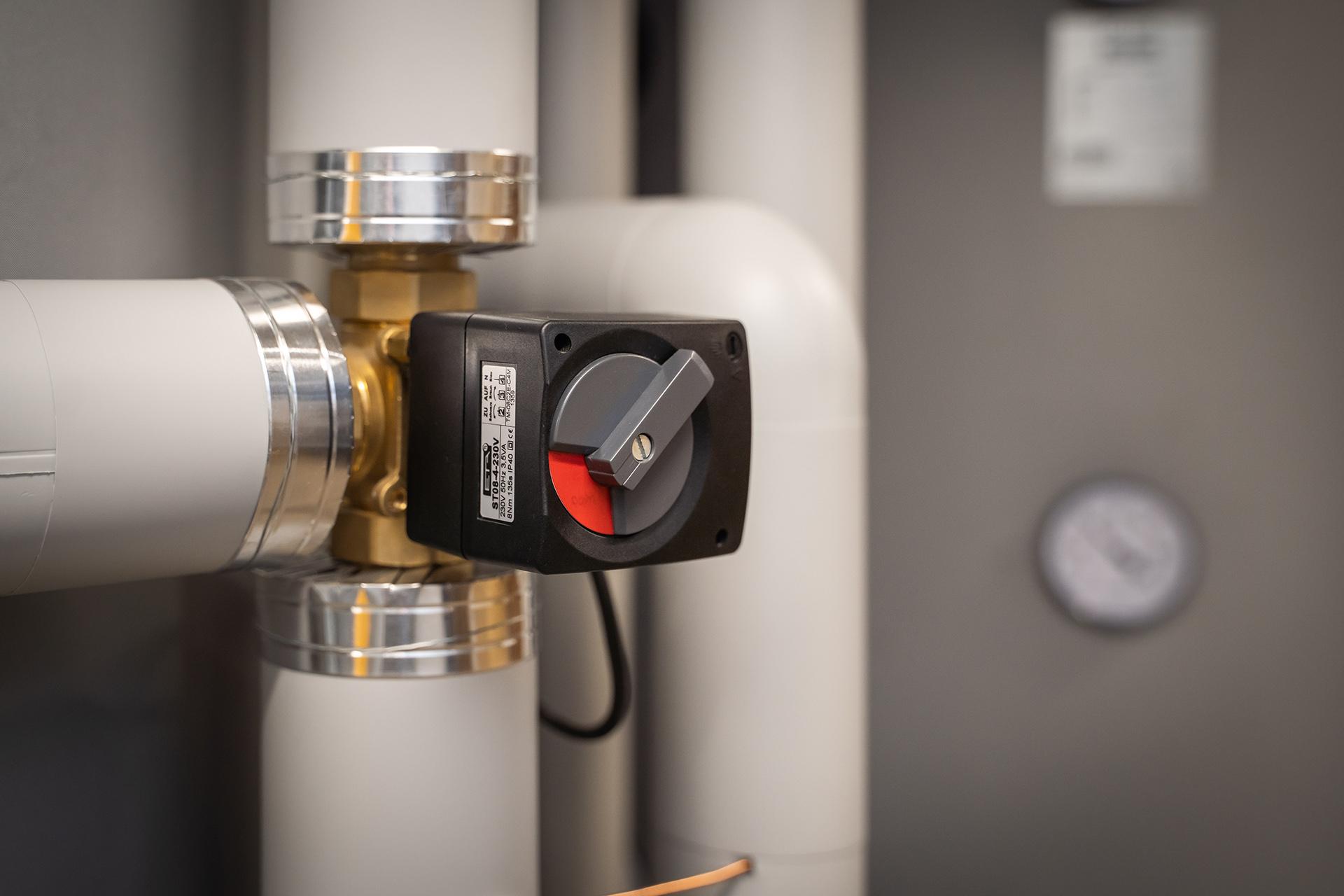 HUCK-Haustechnik-Heizung-Referenz-Raum-Rohre-Wasserspeicher-Ventil