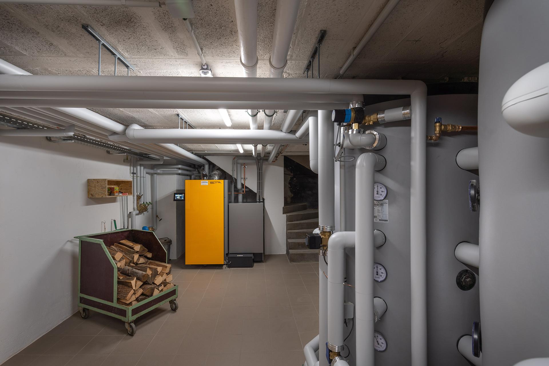 HUCK-Haustechnik-Heizung-Referenz-Raum-Rohre-Wasserspeicher